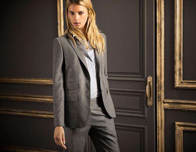 серый строгий костюм
