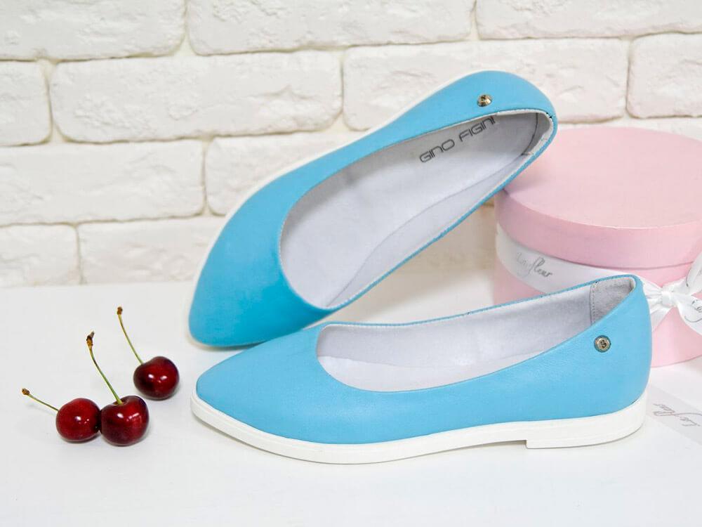 яркие голубые балетки