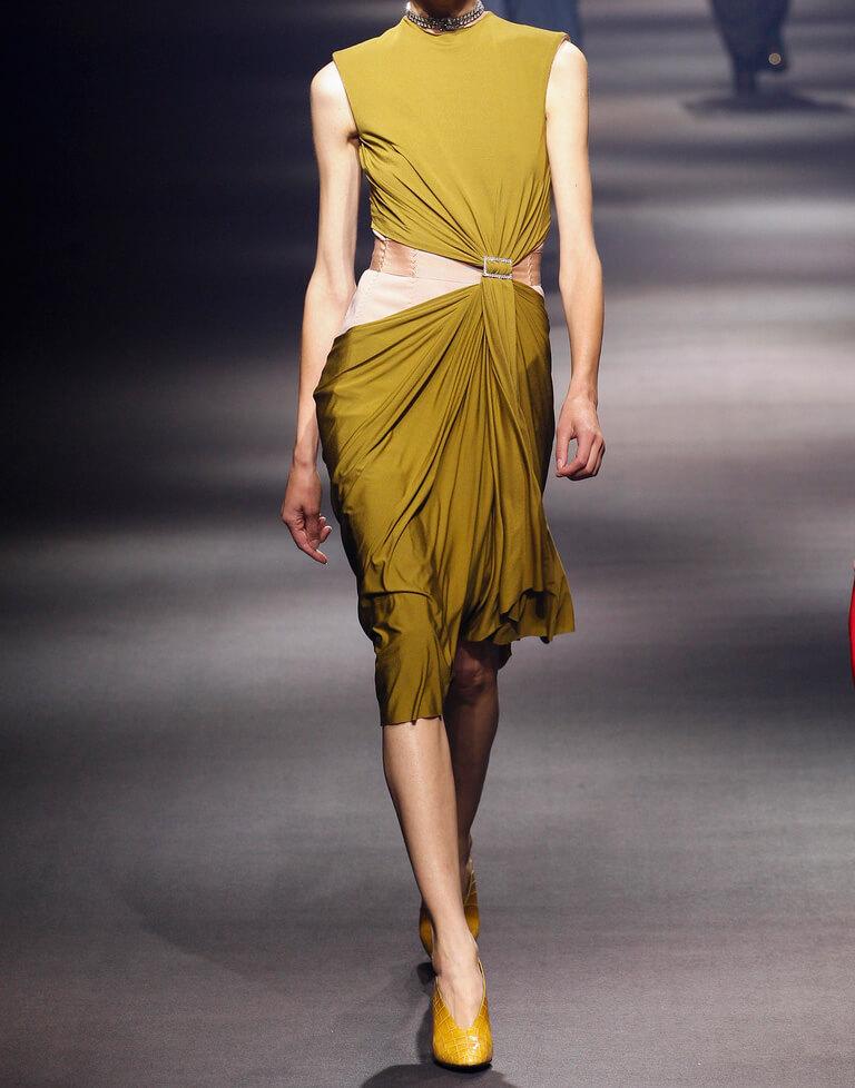 асимметричное подиумное платье