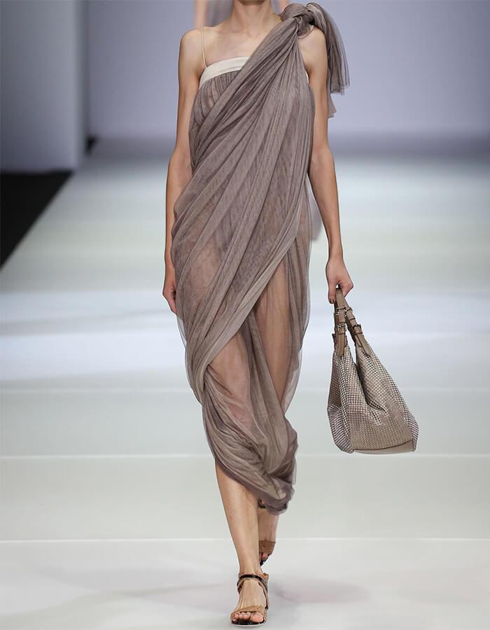 платье с драпировкой на подиуме