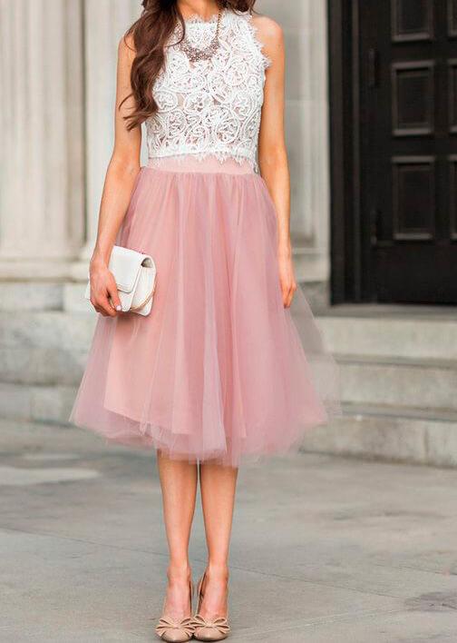 ажурный топ и легкая розовая юбка